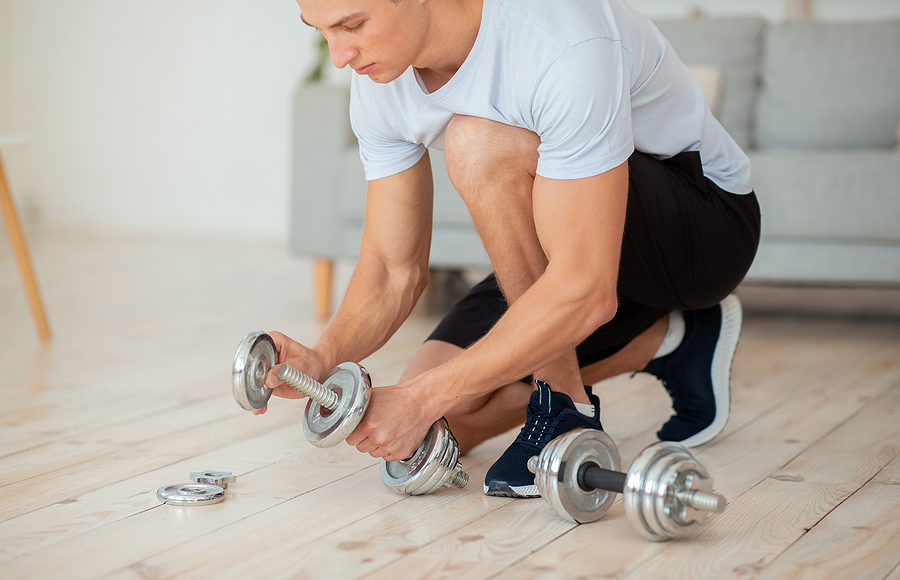 Guy preparing the best affordable adjustable dumbbells before working out